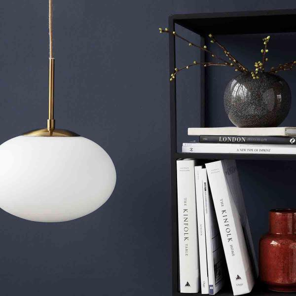 Opal pendel lampe i hvid Ø22 cm fra House Doctor