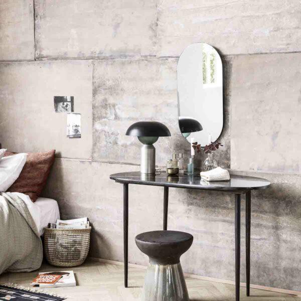 Eda skrivebord i sort marmor og jern fra House Doctor. Smukt sminkebord
