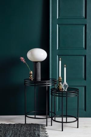 Opal bordlampe fra Nordal. Hvidt opal glas og sort rillet keramikbase