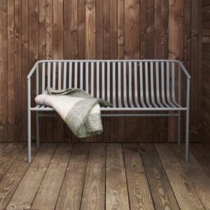 Havebænk i grå jern fra Hübsch