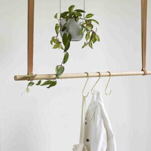 Bøjlestang med læder fra Hübsch. Produceret i egetræ.