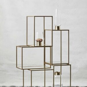 Asymmetrisk reol med glashylder fra Nordal. Lavet i jern med guld finish