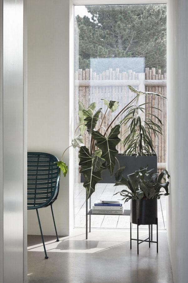 Plantekasse i grå metal fra Hübsch - plantebox på ben