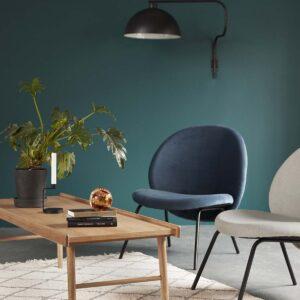 Loungestol i blå velour m. sorte metalben fra Hübsch