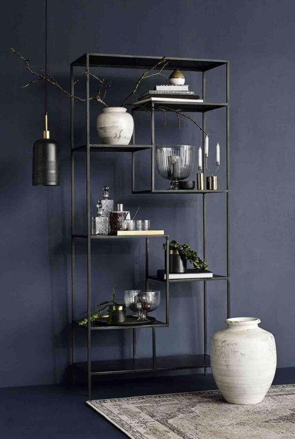 Nordal display reol i sort jern med asymmetrisk placerede hylder. 203 cm høj.