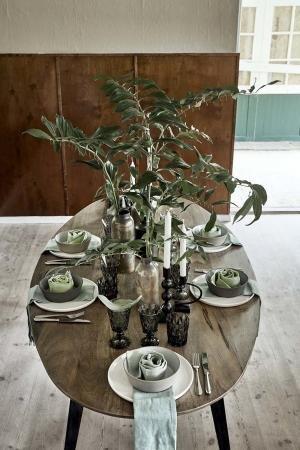 Nordal Ovalt spisebord i lyst træ med skrå bordben i sort jern