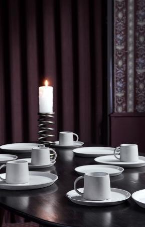 Nordal Ovalt spisebord i mørkt træ med skrå bordben i sort jern