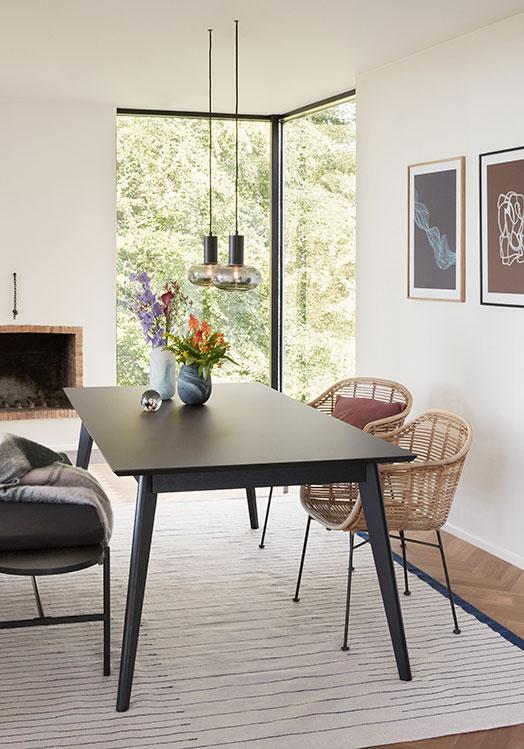 Hübsch spisebord i sort egetræ og nanolaminat