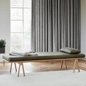 Woud level daybed med moss farvet læderhynde i eg