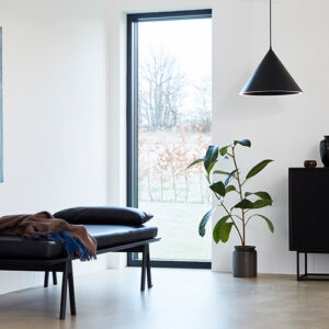Woud level daybed med sort læderhynde i sort malet eg