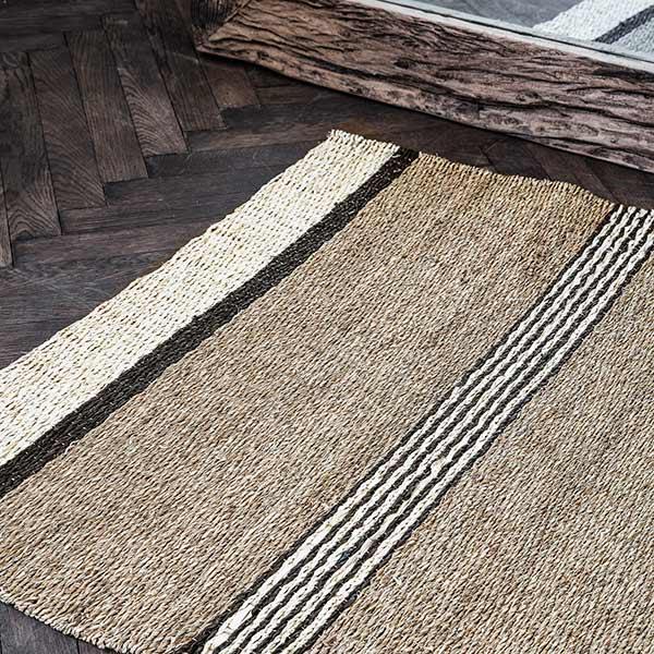 House Doctor Beach gulvtæppe 90x200 cm i søgræs med sorte striber