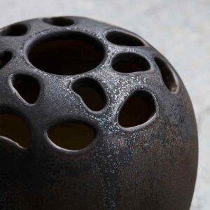 House Doctor Varios vase med huller i toppen i sort stentøj