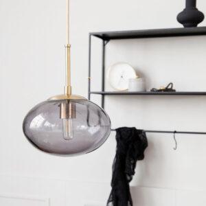 Opal pendel lampe i grå Ø22 cm med messing fatning fra House Doctor