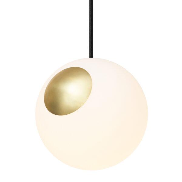 Nordic tales Bright Spot pendel i messing og hvid opal glas