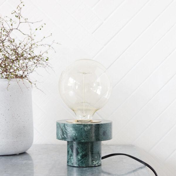 Pin bordlampe fra House Doctor i grøn marmor