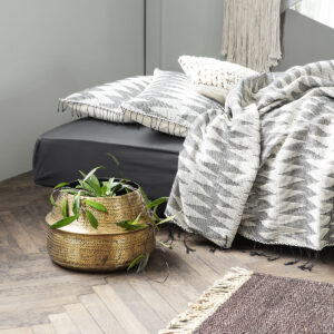 Rattan urtepotte fra House Doctor med messingfinish