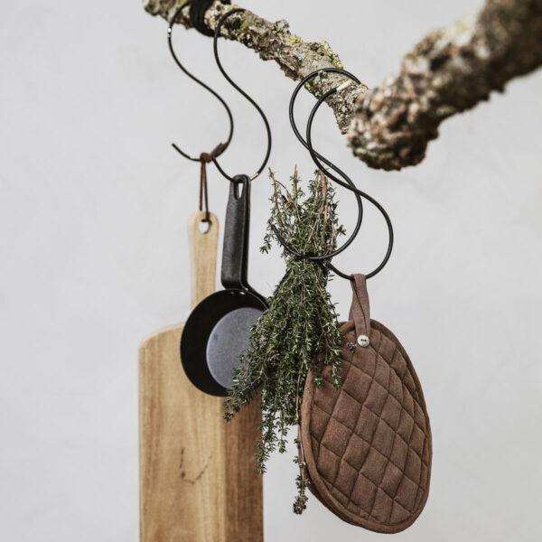 Nicolas Vahé Bread skærebræt i akacietræ og Linen grydelapper fra Nicolas Vahe i brun