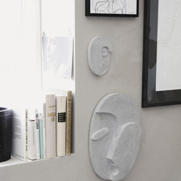 Face wall art fra House Doctor i grå