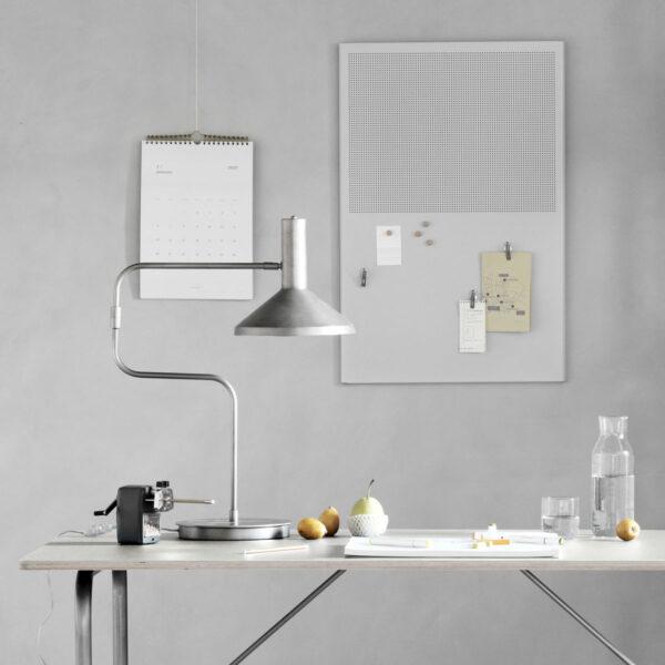 Desk bordlampe fra Monograph i gunmetal