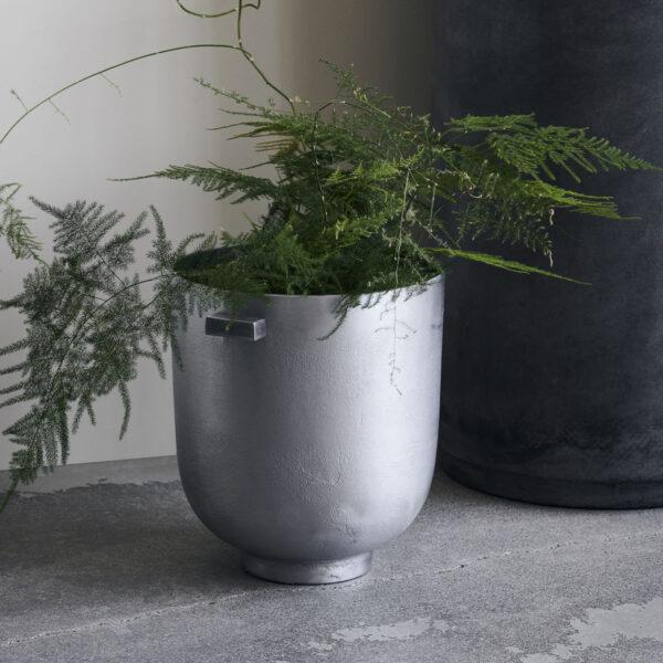 Foem urtepotte fra House Doctor i rå aluminium