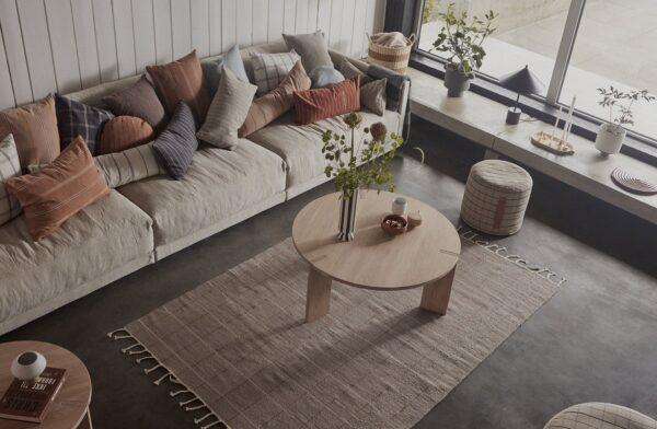 Grid gulvtæppe fra OYOY i karamel / råhvid