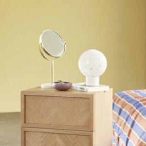 Bordspejl fra Hübsch i guld og terrazzo