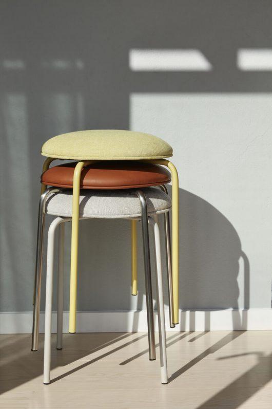 Skammel med polstret sæde fra Hübsch i grå