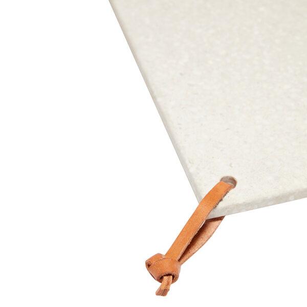 Bræt med lædersnor fra Hübsch i hvid kommer i et sæt med 2 stk.