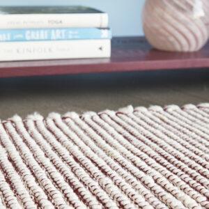 Tæppe fra Hübsch i bordeaux og hvid