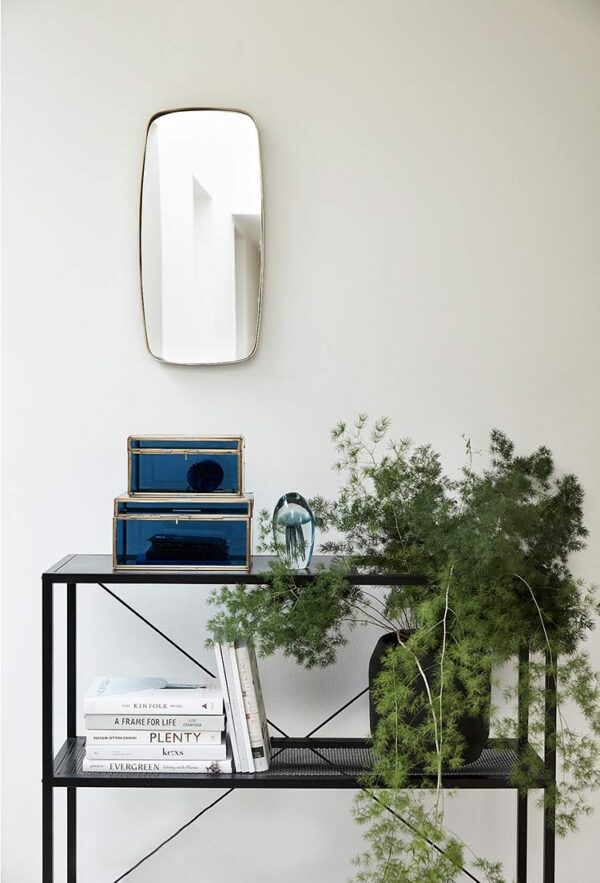 Vægspejl med messingramme fra Hübsch er et firkantet spejl