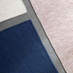Vævet tæppe fra Hübsch i blå