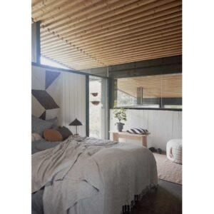 Gobi sengetæppe fra OYOY i stribet