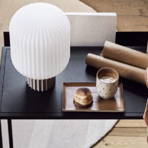 Bordlampe fra Broste Copenhagen i sand og hvid