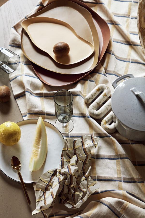 Orla bordskåner fra Broste Copenhagen i hvid og gul marmor
