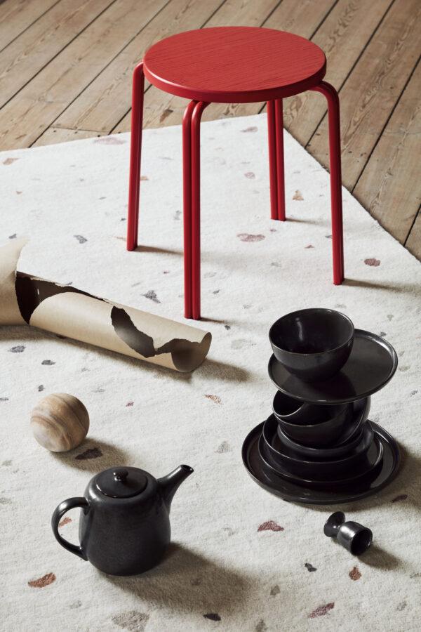 Terrazzo tæppe fra Broste Copenhagen i lysegrå og rød