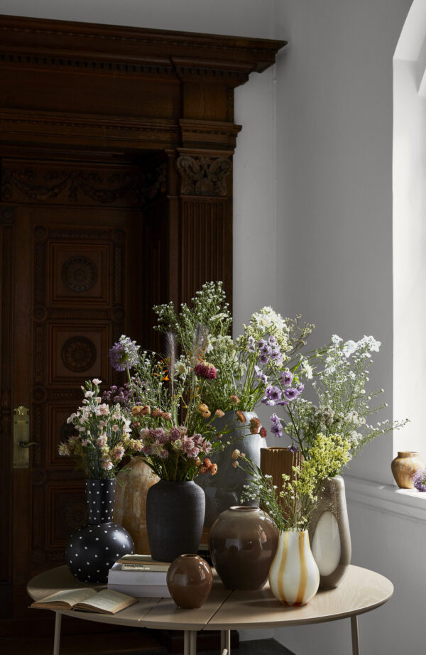 Bella vase fra Broste Copenhagen i sort med Ø25