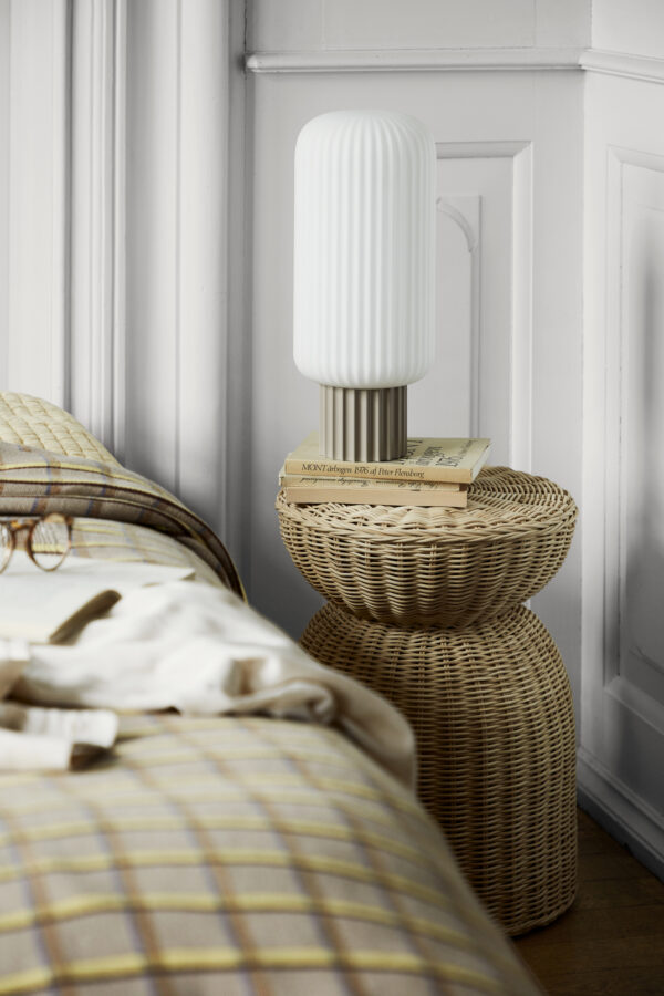 Lolly bordlampe fra Broste Copenhagen i sand og hvid