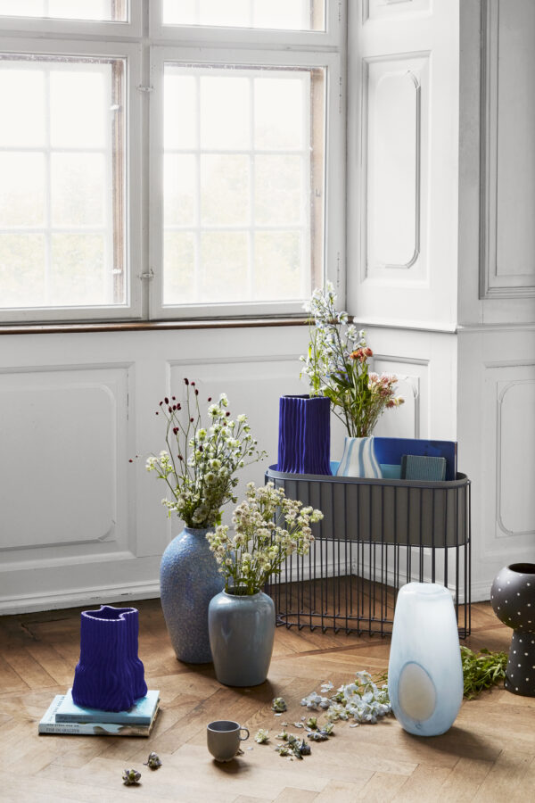 Fenja stander med skjuler fra Broste Copenhagen i blå