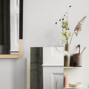 Svante væghylde med spejl fra Broste Copenhagen i sandfarvet