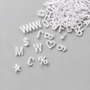 Bogstaver fra Monograph i hvid
