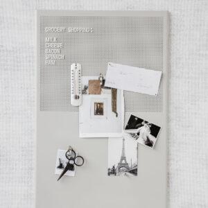 Grid opslagstavle fra Monograph i grå