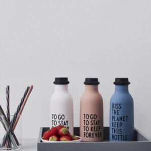 Lyserød vandflaske fra Design Letters